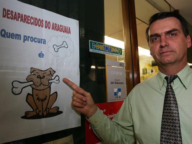 Quando era parlamentar, Bolsonaro posou ao lado de cartaz que ironizava as buscas por desaparecidos políticos da ditadura - Créditos: Reprodução/Facebook