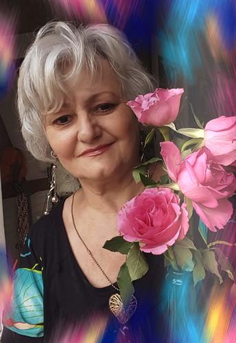 Voici un bouquet de fleurs des champs  Ficelées avec brin d'herbe  Voyez comme c'est joli  Parfois il suffit de presque rien  Pour embellir sa vie...  Dominique Brené photo,©️®️