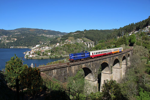 1413 crossing the viaduct at Ribadouro.