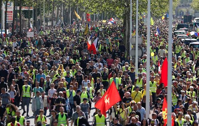 Milhares de manifestantes protestaram em Paris contra as políticas de Emmanuel Macron neste sábado (20); a polícia de Paris reprimiu o ato - Créditos: Reprodução/Twitter