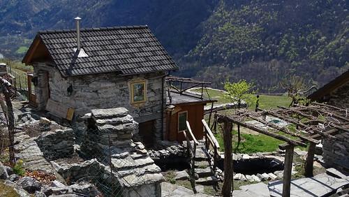 Restaurierte Rustici im Bergweiler Cropp (709 m.ü.M.) oberhalb von Maggia