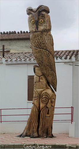 el buho - escultura sobre un pino muerto en el lavadero