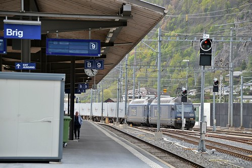 Durchfahrt eines Güterzuges richtung Italien im Bahnhof Brig