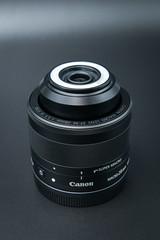 Seitenansicht eiens entriegelt Canon EF-M 28mm f/3.5 Macro IS STM