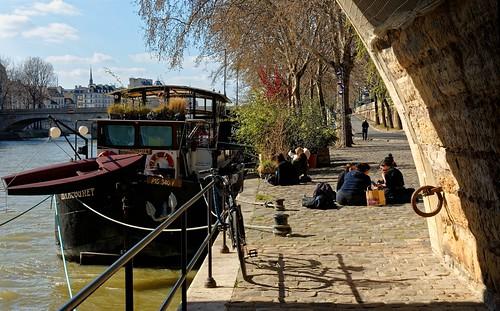 Paris/ Marcounet péniche / Sitting on the Seine quay / Picnic