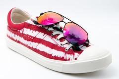 Turnschuhe und Sonnenbrille in ähnlicher Farbe. Farbkombination