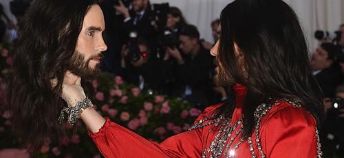 男星傑瑞德雷托,今年一身Gucci長袍,旦拿著自己的「人頭」上場,不時對望發笑、還玩起拋接遊戲,著實詭異,非常符合今年「敢曝風」的主題。
