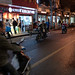 在那許多大城市是禁摩的,所以造就了電動車的盛行,但有趣的來了,紅綠燈對騎電動車或腳踏車的人來說比參考用更不如,倒不如說沒作用,通常連放慢都沒有就是狂按著喇叭衝過去了,常常被嚇個半死,但好處是半夜不會有很吵的排氣管聲。回台後會發覺台灣喇叭根本按的超溫柔,會不懂被按一下有什麼好下車理論的。