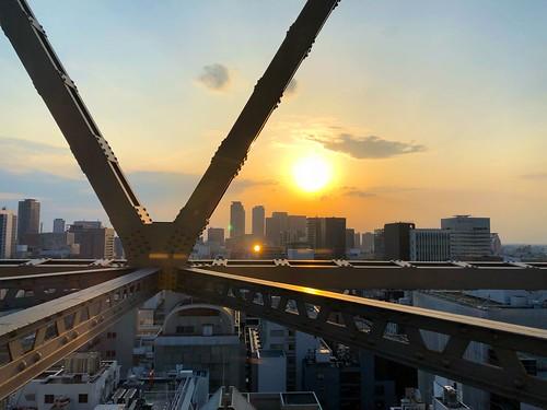 鐵架後的夕陽