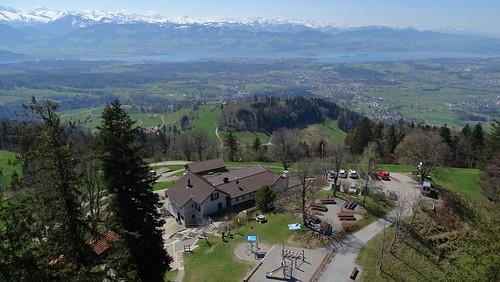 Blick vom Bachtelturm auf das Gasthaus, die Alpen und Zürichsee