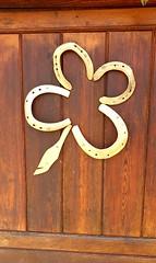 Beau trèfle porte Bonheur, réalisée par un ami,installée sur la porte du box de mes Filles  .