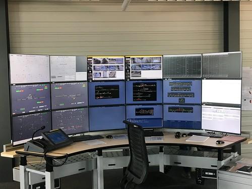 18 Bildschirme an einem Arbeitsplatz - Respekt!