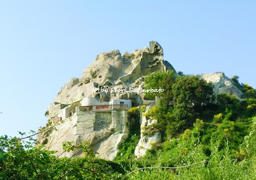 Serrara Fontana (NA), 2005, Sul Monte Epomeo. Abitazioni scavate nel tufo.