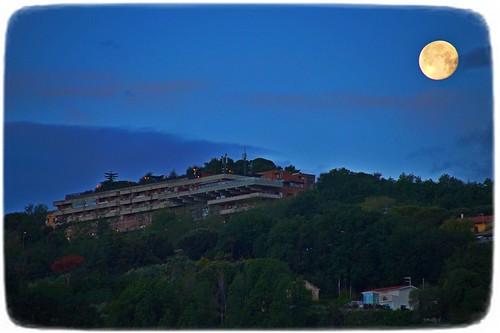 Tramonto della Luna sulla collina di Tortoreto Alto