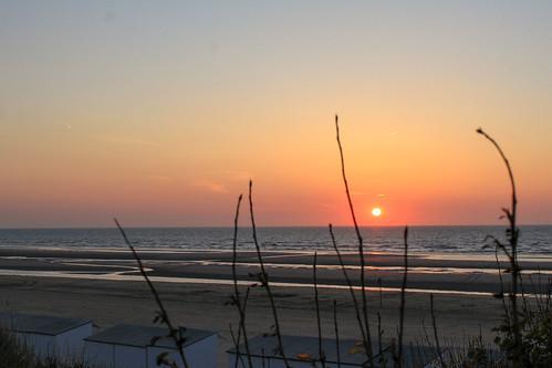 Magnifique coucher de soleil sur la mer du Nord en Belgique, à La Panne