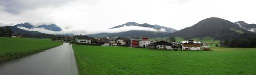 20110908 23 074 Jakobus Wolken Berge Häuser Wiese_P01
