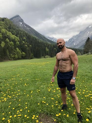 Alejandro unwiderstehlich: posing at Untere Dullwitz bei Seewiesen, Austria