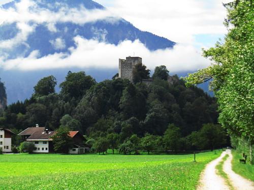20110909 24 300 Jakobus Hügel Burgruine Turm Wald Häuser Weg