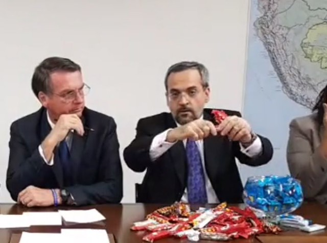 Jair Bolsonaro (left) and Education minister Abraham Weintraub trying to explain education budget cuts using chocolate bars - Créditos: Facebook/Screen Capture