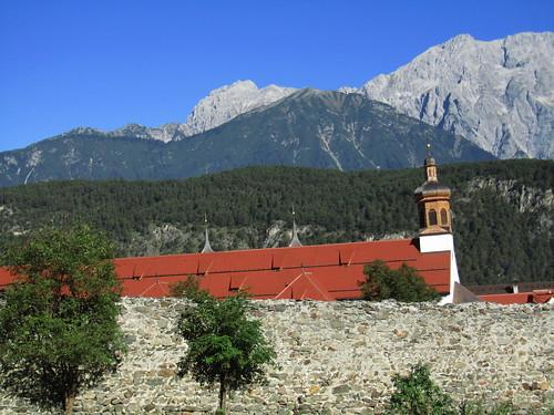 20110913 28 116 Jakobus Kloster Stams Kirche Turm Mauer Berge