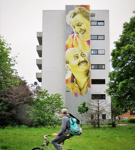 #Ghent update : one shot is not enough for this piece. Anotherlook at the 2nd #mural by #Smok, this time showing #volunteers helping in this social service center. . #Gent #streetart #Belgium #urbanart #graffitiart #streetartbelgium #graffitibelgium #visi