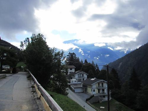20110915 30 210 Jakobus Berge Tal Wald Häuser Straße Wolken