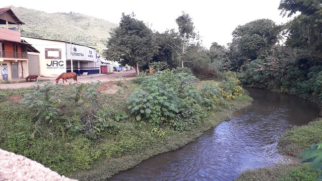 Caso a barragem se rompa, o Rio São João, que passa pela cidade, inclusive pelo centro comercial, é possível rota da lama tóxica - Créditos: Rogério Souza