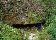 Fidji et Daniel a l'entrée du Trou de Barru - Crans - Jura