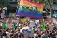 """Grüne Jugend nimmt mit einer Regenbogenflagge an dem globalen Aktionstag von Greta Thunberg """"Fridays for Future"""" in Köln teil"""