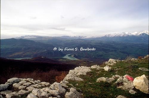 Tornareccio (CH), 1993, Sul Monte Pallano, le mura megalitiche di Pallanum e la porta del piano. Vista sul Lago di Bomba.