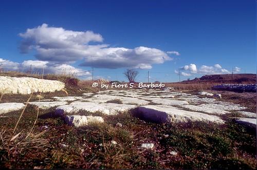 Tornareccio (CH), 1993, Sul Monte Pallano, le mura megalitiche di Pallanum e la porta del piano.
