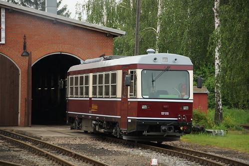 137 515 - der Stolz der Döllnitzbahn  - steht vor dem Depot in Mügeln