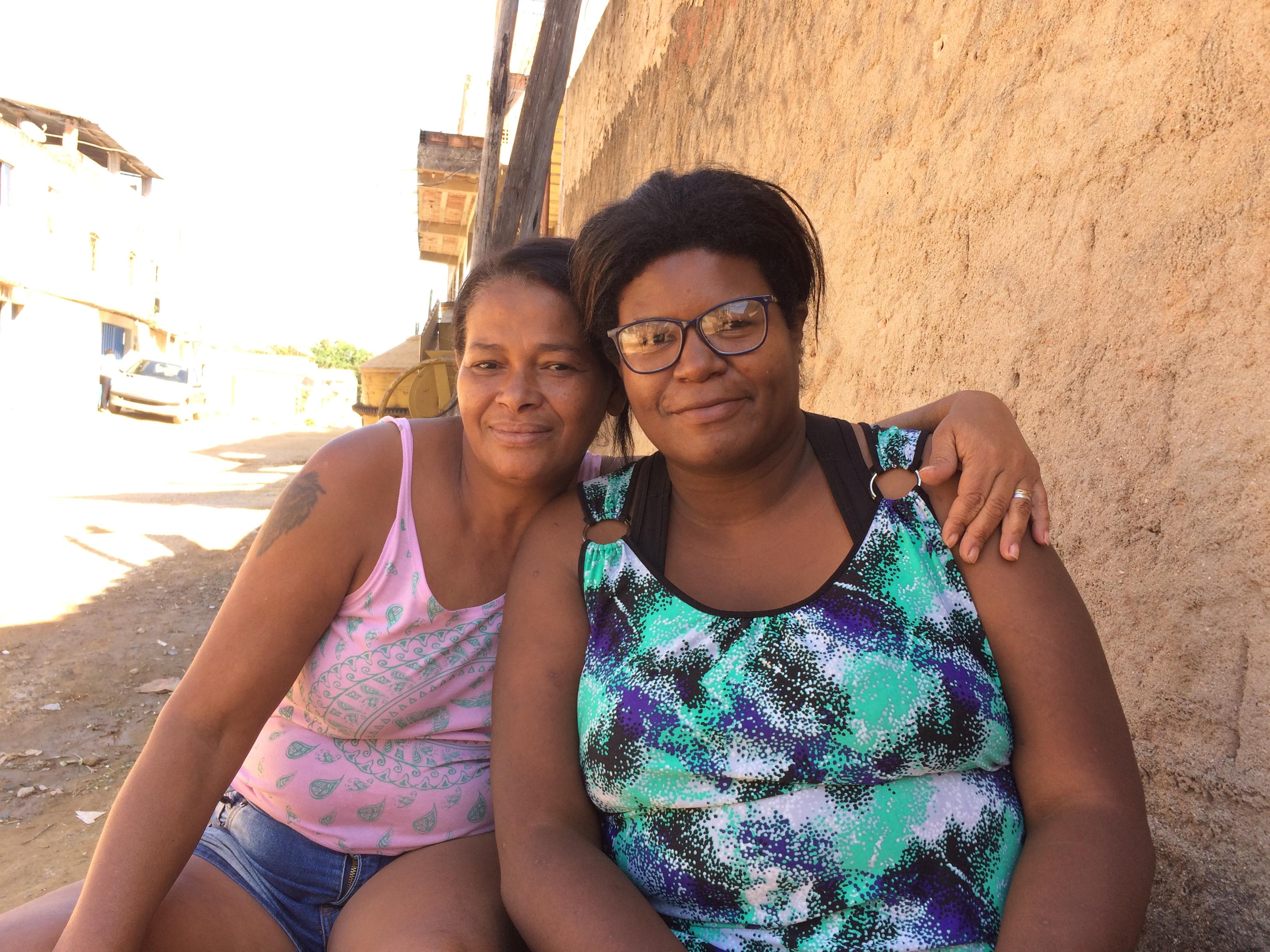 As vizinhas Marisa e Cida vivem em alerta, sempre de olho no celular e nos SMS da Defesa Civil