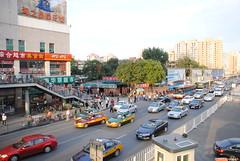 Ruch uliczny w okolicach dworca kolejowego w Pekinie