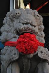 Kotyliony z okazji święta ustrojono nawet chińskie pieski fu!