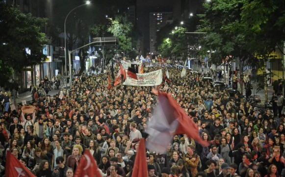 Nearly 20,000 people marched around the streets of Curitiba, southern Brazil, against the education budget cuts - Créditos: Giorgia Prates