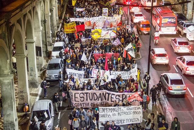 Avenida Borges de Medeiros, no centro da cidade, novamente foi ocupada pela luta dos estudantes e trabalhadores - Créditos: Fotos: Marcelo Ferreira