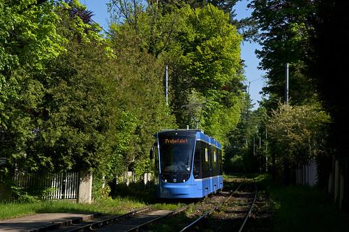 Erste Fahrt mit einem Avenio-Dreiteiler nach Grünwald: T3-Wagen 2753 kurz vor der Robert-Koch-Straße