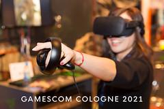 Gamescom Köln 2021 Bild zeigt eine Frau mit Virtuell Reality Brille beim Zocken auf der größten Computer- und Videospielmesse
