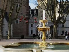 Fontaine, place de la Déportation, château royal de Pau, Béarn, Pyrénées-Atlantiques, Nouvelle-Aquitaine, France.