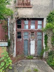 'Entrée de garage d'une maison abandonnée', rue Vapereau, Morsang-sur-Orge (France)