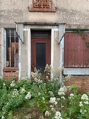 'Entrée fleurie sur une porte de maison abandonnée avec marquise', rue Vapereau, Morsang-sur-Orge (France)