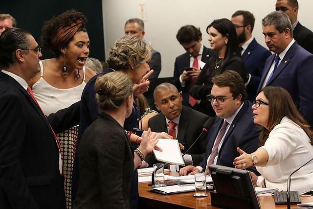 Parlamentares durante debate sobre a reforma da Previdência na Câmara dos Deputados - Créditos: Fabio Rodrigues Pozzebom/Agência Brasil