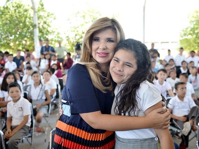 Beneficia gobernadora a niñas y niños de la Costa con nuevos camiones escolares.