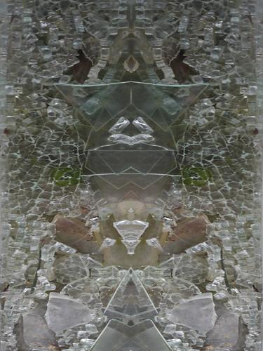 Pareidolia - Collection: Shards of Glass Glasscherben Sammlung. Roundabout Kreisel, Frau, lange Haare, Brille, aufgeschlagene Zeitung in Händen, als Christbaum-Spitzen-Engerl, auf Toilette, auf Pyramide, die Rina mit Partitur auf der Drehbühne, Pharao