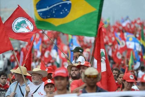 Livro 'Sem Terra em Cartaz' resgata história de luta pela reforma agrária