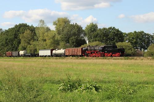 2018-09-01; 0239. VSM 52 8139 met trein 793za. Molenallee, Loenen. Terug naar Toen.