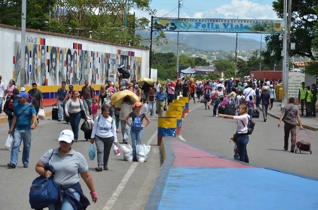 Após três meses de interdição, governo venezuelano reabre fronteira com a Colômbia