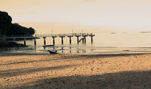 Auckland_beaches_bridge-fishingman