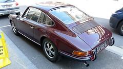 Sympa, la Porsche 911S garée dans une rue de Lons...